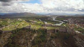 Vista aérea del castillo de Rozafa en Albania metrajes