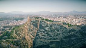 Vista aérea del castillo de Santa Barbara en la montaña en Alicante, España metrajes
