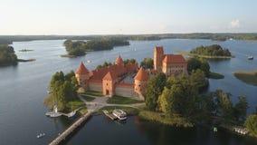 Vista aérea del castillo de Trakai en la estación de verano Castillo hermoso en los lagos en Lituania almacen de metraje de vídeo