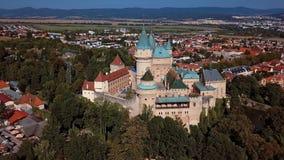 Vista aérea del castillo famoso de Bojnice, Eslovaquia almacen de video