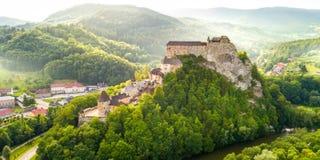 Vista aérea del castillo hermoso de Orava en la salida del sol imagenes de archivo