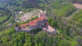 Vista aérea del castillo Pernstejn de Moravian, colocándose en una colina sobre los bosques profundos de las montañas bohemias-Mo metrajes