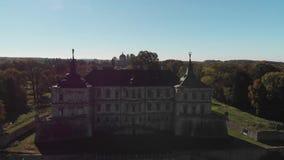 Vista aérea del castillo viejo con el tejado verde metrajes