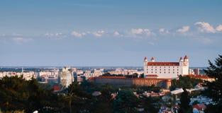 Vista aérea del castillo y del río Danubio en la oscuridad, Eslovaquia de Bratislava Fotografía de archivo libre de regalías