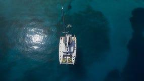 Vista aérea del catamarán en el mar fotos de archivo libres de regalías