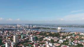Vista aérea del centro de ciudad de Phnom Penh, Camboya, Asia con la cacerola de 180 grados almacen de metraje de vídeo