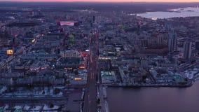 Vista aérea del centro de la ciudad europeo típico de la ciudad en la noche almacen de video