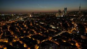 Vista aérea del centro de la ciudad del paisaje urbano de Estambul en Turquía en la noche, lapso de tiempo almacen de metraje de vídeo