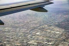Vista aérea del centro de la ciudad, visión desde el asiento de ventana en un aeroplano imagenes de archivo