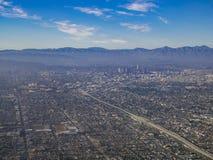 Vista aérea del centro de la ciudad, visión desde el asiento de ventana en un aeroplano imagen de archivo libre de regalías