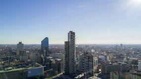 Vista aérea del centro de Milán, solariums de Torre, Diamond Tower, Duomo Italia Imagen de archivo