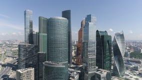Vista aérea del centro de negocios internacional de Moscú en el concepto diurno, moderno de la arquitectura acci?n Ciudad de Mosc metrajes