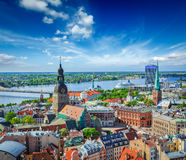 Vista aérea del centro de Riga de la iglesia de San Pedro Fotos de archivo libres de regalías