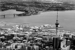 Vista aérea del centro financiero de Auckland contra el Waitemata H Imagenes de archivo