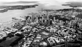Vista aérea del centro financiero de Auckland contra el Waitemata H Foto de archivo libre de regalías