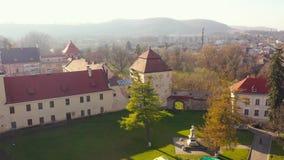 Vista aérea del centro histórico de Zhovkva, región de Lviv, Ucrania Tiroteo con el abejón almacen de metraje de vídeo