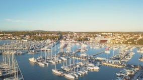 Vista aérea del club náutico y del puerto deportivo en Croacia, 4K Moru del na de Biograd metrajes