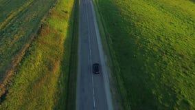 Vista aérea del coche deportivo que conduce en campos metrajes