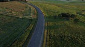 Vista aérea del coche deportivo que conduce en campos almacen de video