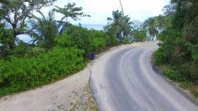 Vista aérea del coche que pasa abajo del camino cerca de la playa, Seychelles metrajes