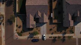 Vista aérea del coche que saca de la calzada residencial almacen de metraje de vídeo