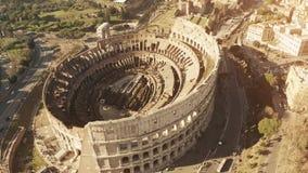 Vista aérea del coliseo o de Colosseum, amphitheatre famoso en Roma, Italia almacen de video