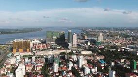 Vista aérea del complejo del casino y del hotel visto con la construcción parcial en Asia sudoriental almacen de metraje de vídeo