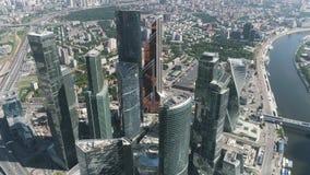Vista aérea del complejo hermoso de edificios de oficinas de cristal modernos, ciudad de Moscú, concepto urbano de la selva acci? almacen de video
