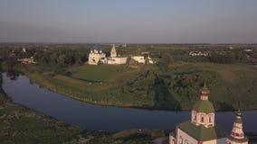 Vista aérea del conjunto arquitectónico de Suzdal el Kremlin con la catedral de la natividad de la Virgen Suzdal, Rusia almacen de metraje de vídeo