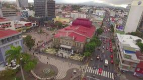 Vista aérea del cuadrado delante del teatro nacional famoso de Costa Rica metrajes