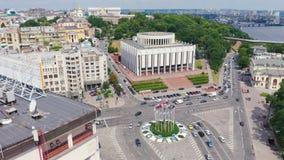 Vista aérea del cuadrado europeo en Kiev Banderas de la OTAN en la asta de bandera almacen de video