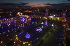 Vista aérea del cuadrado del ferrocarril de Járkov de la noche durante la Navidad fotos de archivo