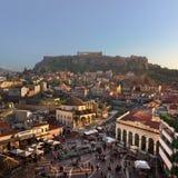 Vista aérea del cuadrado y de la acrópolis de Monastiraki por la tarde, Fotos de archivo