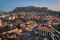 Vista aérea del cuadrado y de la acrópolis de Monastiraki por la tarde, Imagenes de archivo