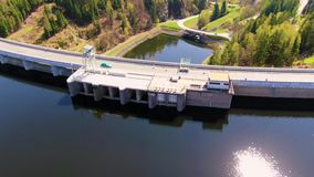 Vista aérea del depósito de la presa con la central eléctrica de agua cerca del lago almacen de video
