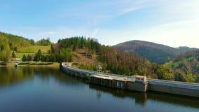 Vista aérea del depósito de la presa con la central eléctrica de agua cerca del lago metrajes