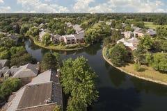 Vista aérea del desarrollo suburbano con los canales Imágenes de archivo libres de regalías