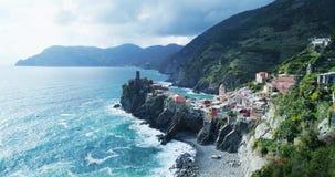 Vista aérea del destino Vernazza, pequeña ciudad del mar Mediterráneo, parque nacional del terre de Cinque, Liguria de la señal d almacen de video