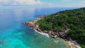 Vista aérea del discrict magnífico de Anse en la isla de Digue del La, Seychelles almacen de metraje de vídeo