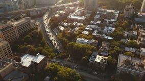 Vista aérea del distrito de Brooklyn en Nueva York, América, abejón que vuela sobre los apartamentos y el camino del tráfico en p almacen de video