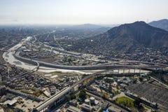 Vista aérea del distrito del EL Agustino con las carreteras urbanas foto de archivo
