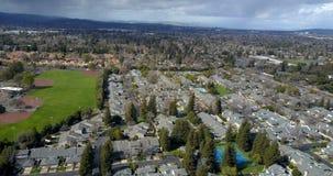 Vista aérea del distrito residencial de las casas metrajes