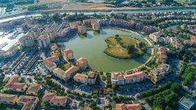 Vista aérea del distrito residencial y de casas modernos desde arriba Fotografía de archivo libre de regalías