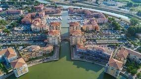 Vista aérea del distrito residencial y de casas modernos desde arriba Fotos de archivo libres de regalías