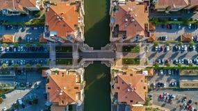 Vista aérea del distrito residencial y de casas modernos desde arriba, concepto de las propiedades inmobiliarias Imágenes de archivo libres de regalías