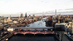 Vista aérea del distrito y de señales financieros en Londres central Foto de archivo