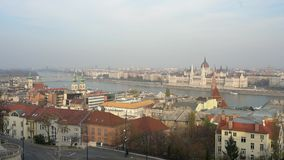 Vista aérea del edificio del parlamento, del río Danubio y del paisaje urbano húngaros almacen de metraje de vídeo