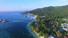 Vista aérea del embarcadero en la isla de Digue del La (reunión) del la de Anse, Seychelles metrajes