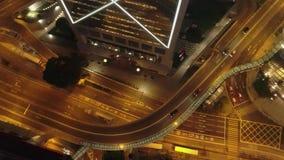 Vista aérea del empalme de camino moderno, de los edificios y de los coches móviles en la noche existencias Camino del tráfico de almacen de video
