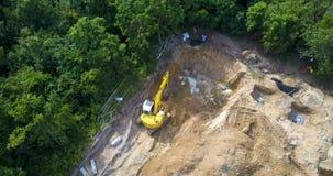 Vista aérea del emplazamiento de la obra con el cavador de trabajo metrajes